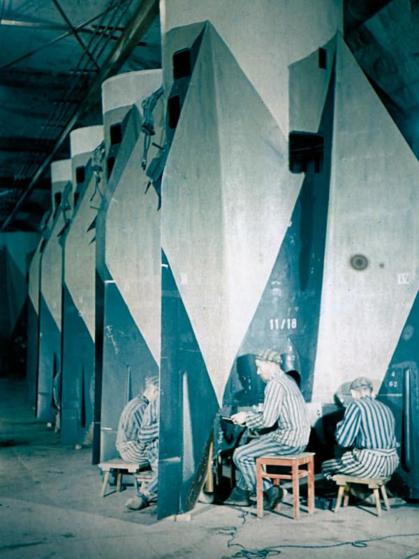 1944 Konzentrationslagers Mittelbau-Dora bei der Montage der V2-Rakete by Frentz