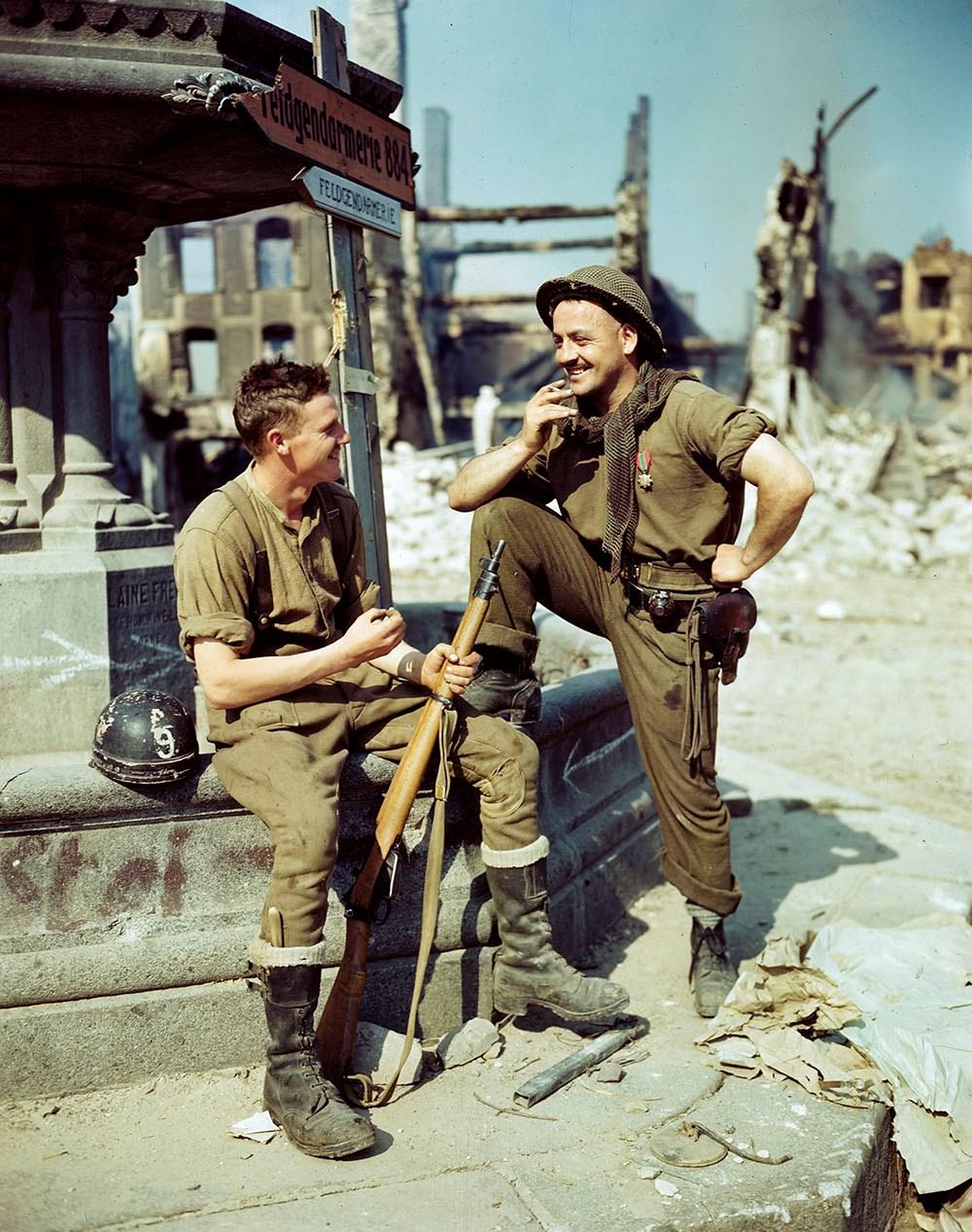 1944 Канадские солдаты на площади разрушенного французского города Фалез