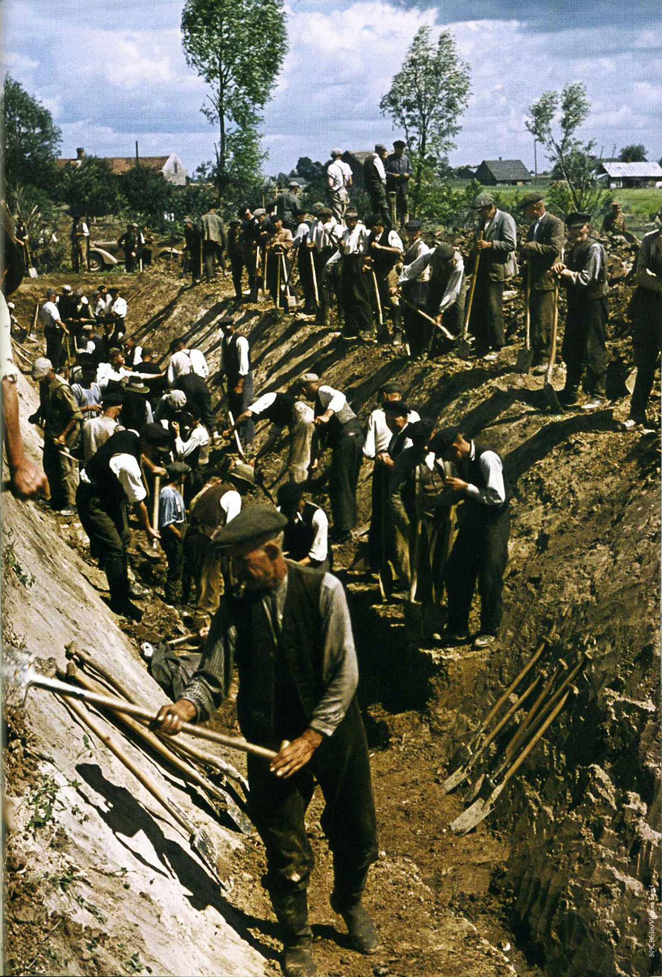 Восточная Пруссия лето 1944 Местные жители копают противотанковые рвы
