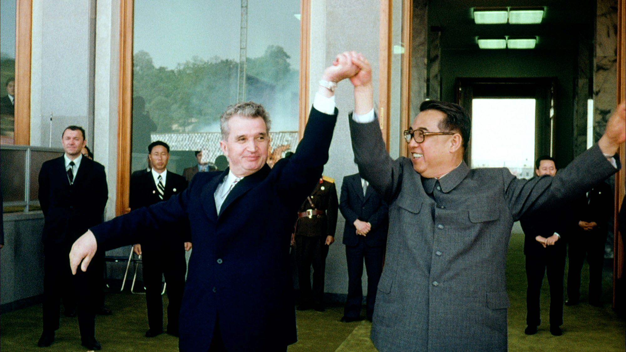 1971 Чаушеску танцует с Ким Ир Сеном в Северной Корее