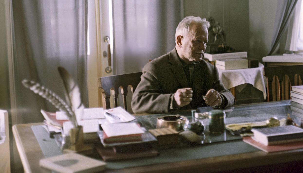 1970 Писатель Михаил Александрович Шолохов (1905-1984) в рабочем кабинете в станице Вешенская. Иван Денисенко, РИА