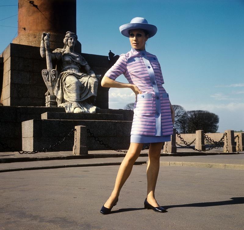 Демонстрация летнего платья и удлиненного жакета из шелка. 1970 г. Фотохроника ТАСС П.Федотов