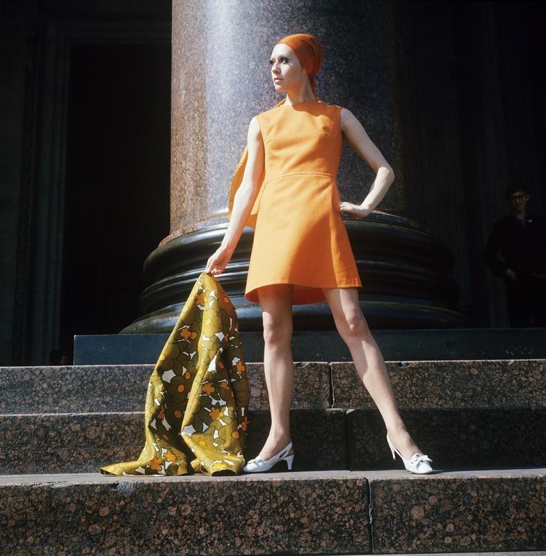 Демонстрация оранжевого платья с льняным шарфом. 1970 г. Фотохроника ТАСС П.Федотов
