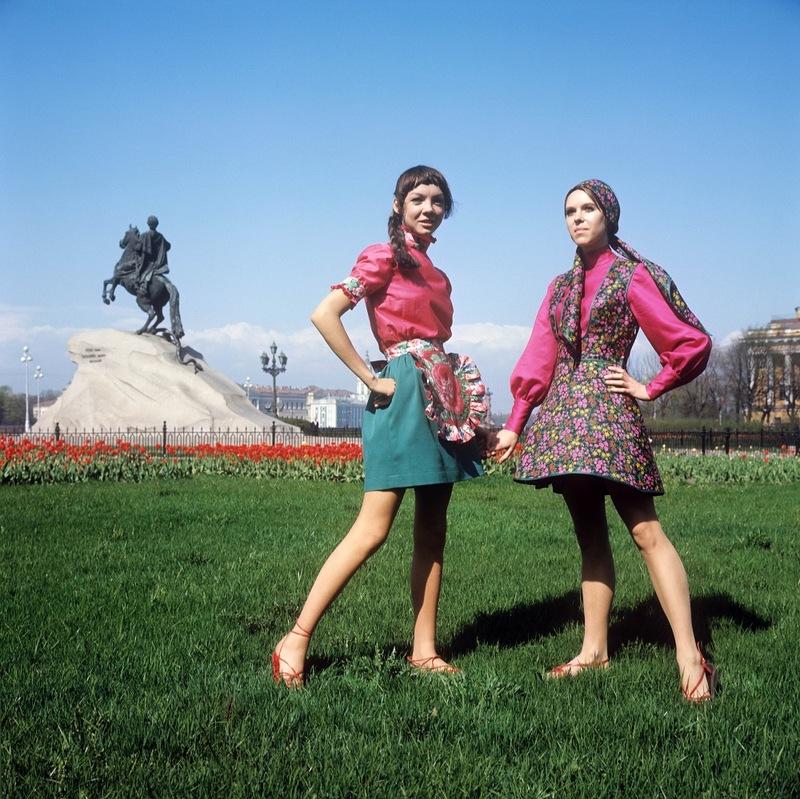 Демонстрация сарафана в духе старинной одежды (справа) и летнего наряда для отдыха. 1970 г. Фотохроника ТАСС П.Федотов