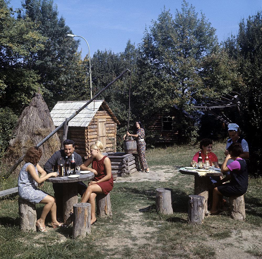 1970 Ресторан Зелёныйм попугай. Сочи. Галина Кмит. РИА