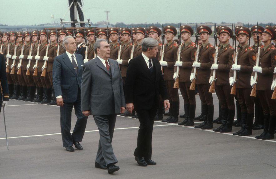 Im Juni 1980 wird Schmidt in Moskau vom sowjetischen Staats- und Parteichef Leonid Breschnew