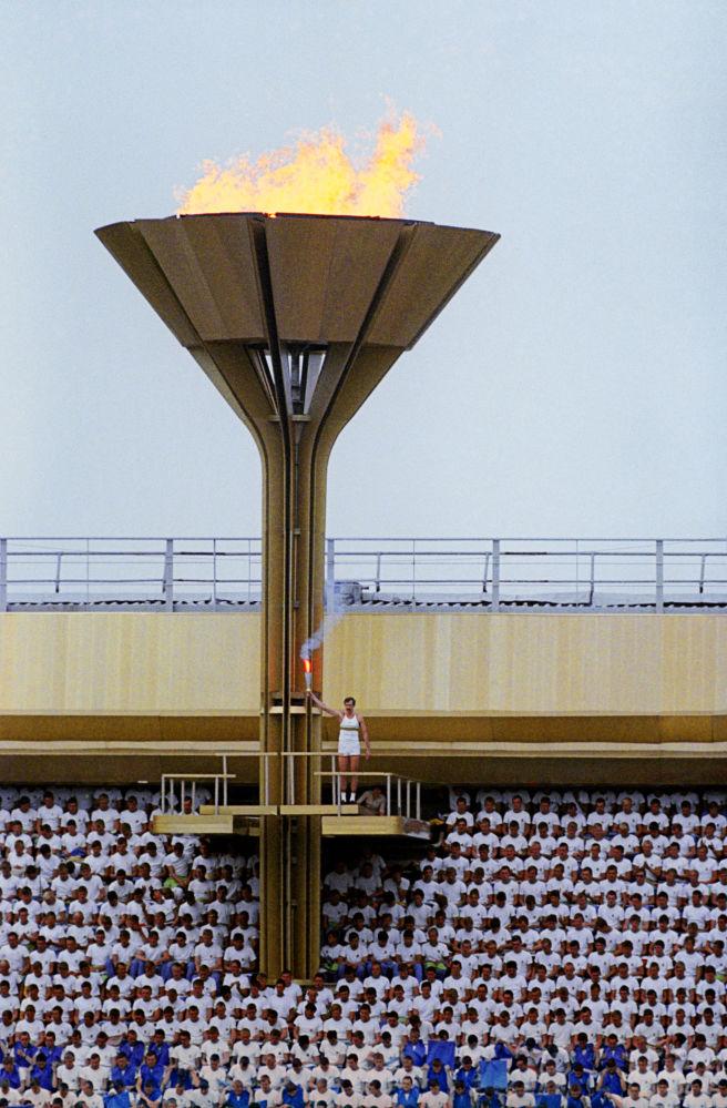 1980 Советский баскетболист Сергей Белов зажигает олимпийский огонь во время торжественной церемонии открытия XXII Олимпийских игр. Шустов