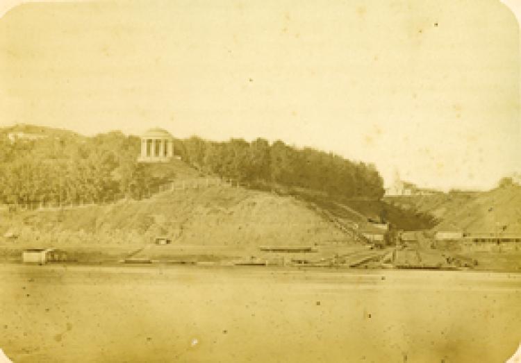 1874 Вятка. Вид на Александровский сад и часовню на Раздерихинском спуске со стороны реки Вятки. Бишевский
