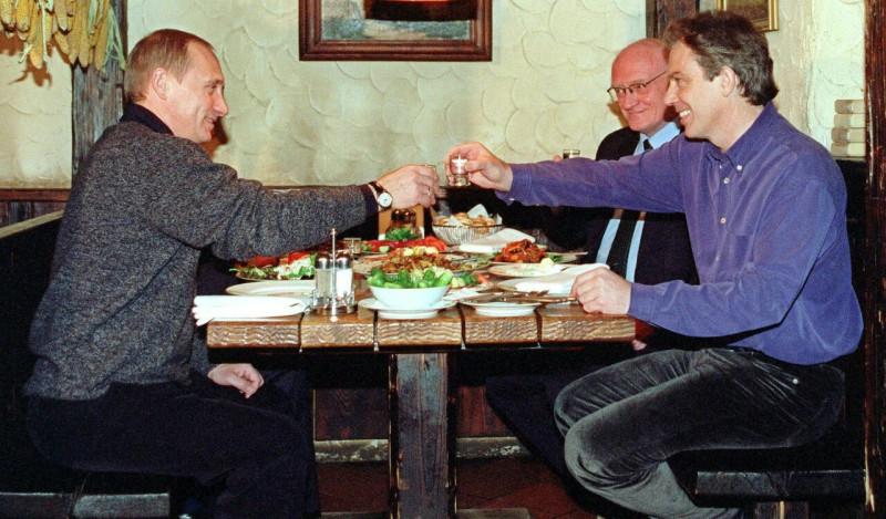 Президент России Владимир Путин и премьер-министр Великобритании Тони Блэр в московском ресторане, ноябрь 2000 года