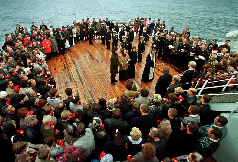 Траурная церемония на месте крушения АПЛ Курск, 24 августа 2000 года