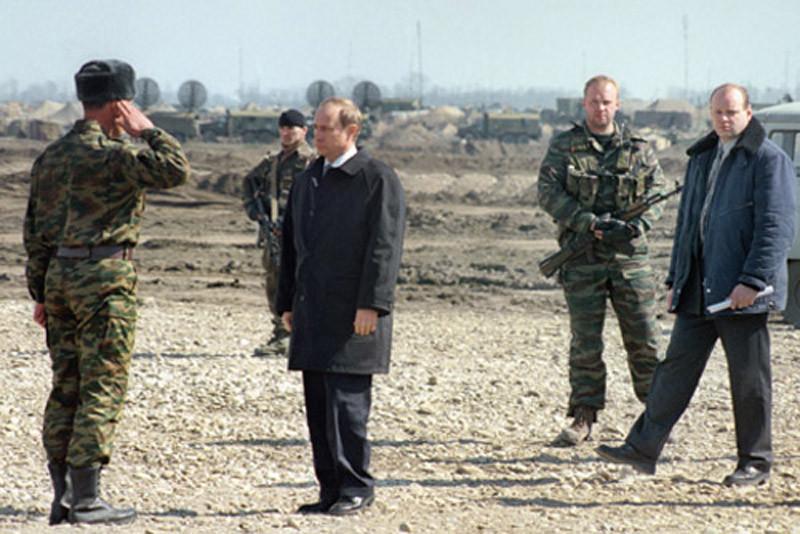 В. В. Путин на церемонии вывода из Чечни 331-го гвардейского парашютно-десантного полка 98-й гвардейской воздушно-десантной дивизии. Ханкала, 20 марта 2000
