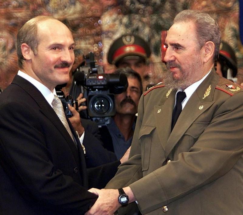 Кастро приветствует президента Беларуси Александра Лукашенко 3 сентября 2000 года в Гаване