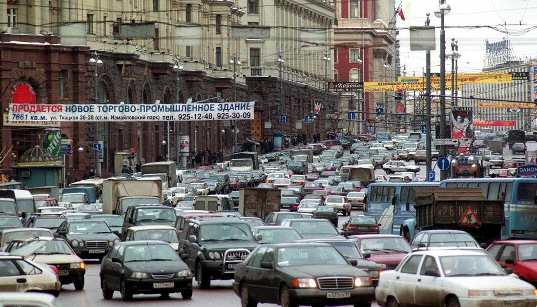 2000 Город буквально задыхается от избытка транспорта. За последние 4 года автомобильный парк столицы увеличился в два раза. Фото Игоря Зотина (ИТАР-ТАСС)
