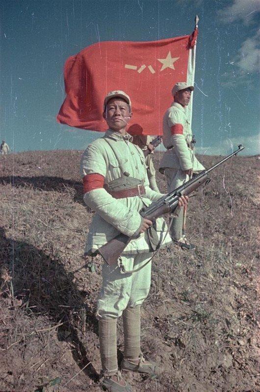 1949 Боец Народно-освободительной армии Китая (НОА) у боевого знамени