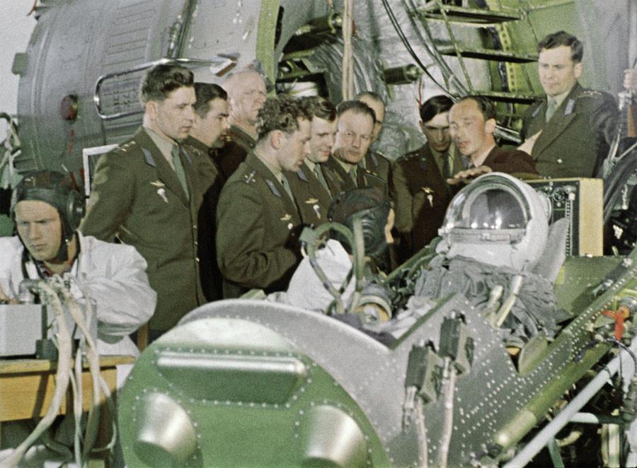 Группа подготовки космонавтов знакомятся с космической техникой. 1960 год