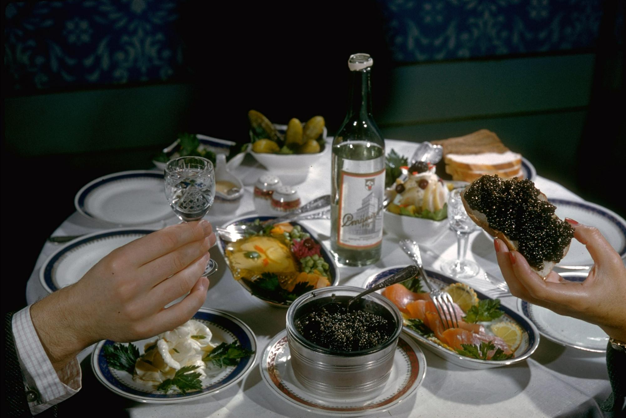1960 Чёрная икра на столе. Москва. Carl Mydans. The LIFE Pictur