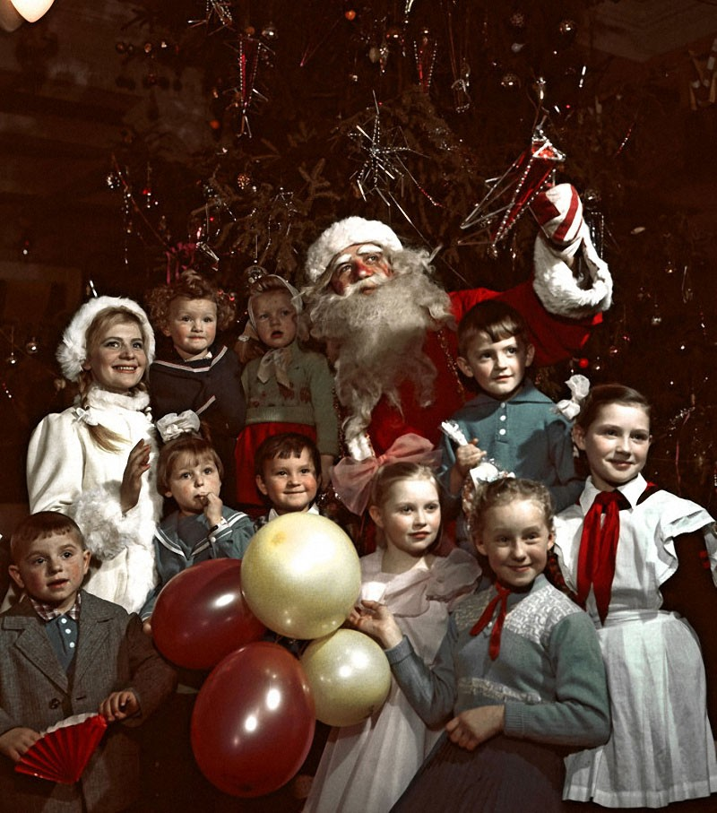 Дед Мороз и Снегурочка с детьми на новогодней елке в одном из московских клубов, фото Шоломовича