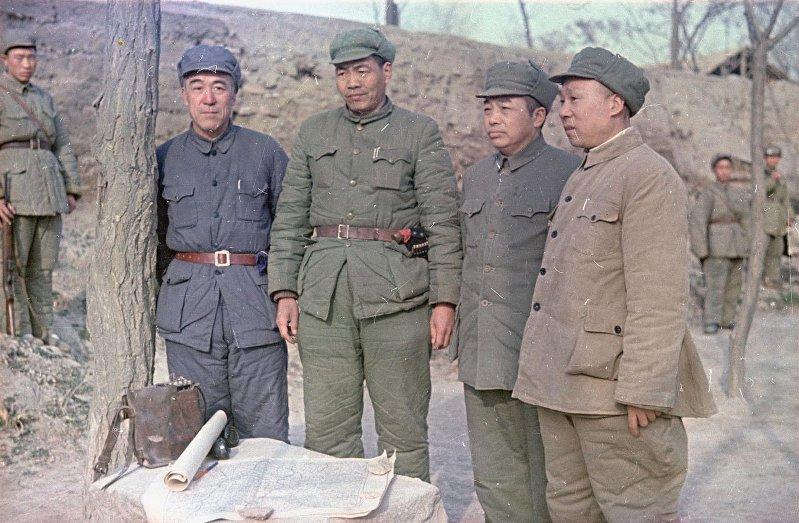1949 Генерал Народно-освободительной армии (НАО) Китая Пэн Дэхуай в группе военных