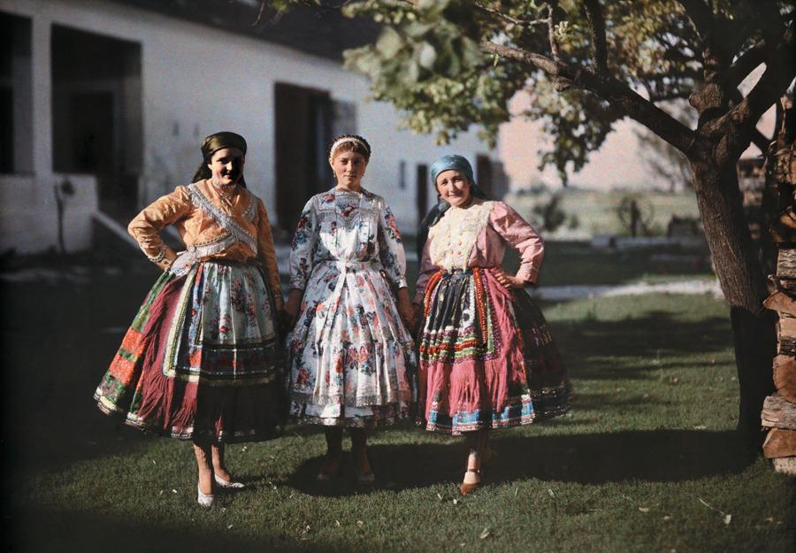 Портрет крестьянок в традиционной одежде на ферме в Венгрии, 1930 год. Фотография Ганса Хильденбранда, National Geographic