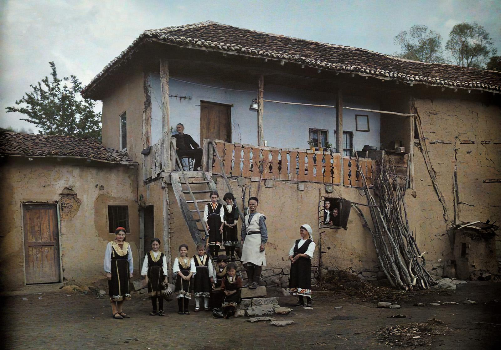 1930 Sofia by Tobien A peasant family_cmpk