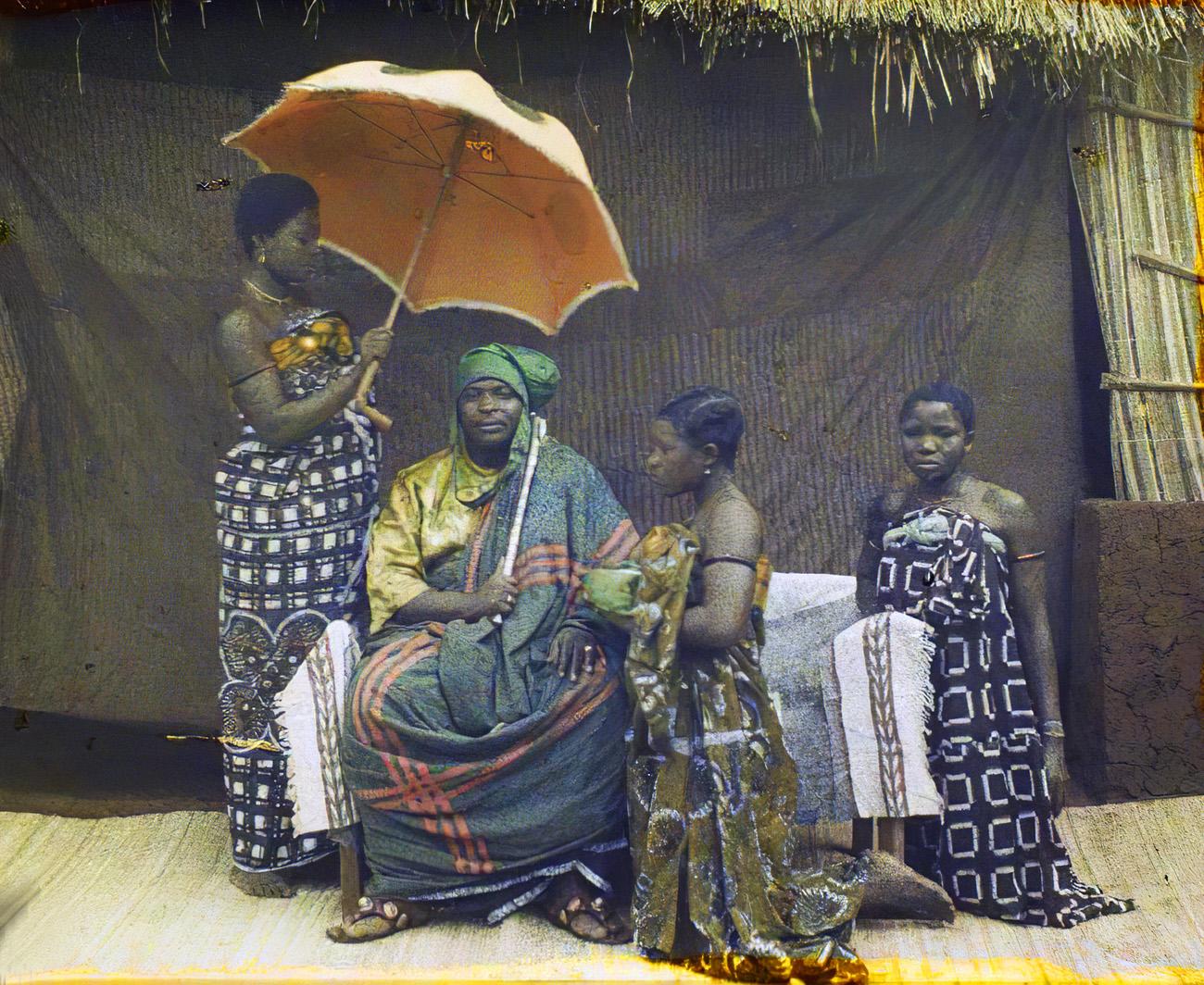 Portrait du chef Justin Aho entouré de ses femmes, Abomey, Dahomey (actuel Bénin), Afrique, 8 mars 1930, Frédéric Gadmer_cmpk