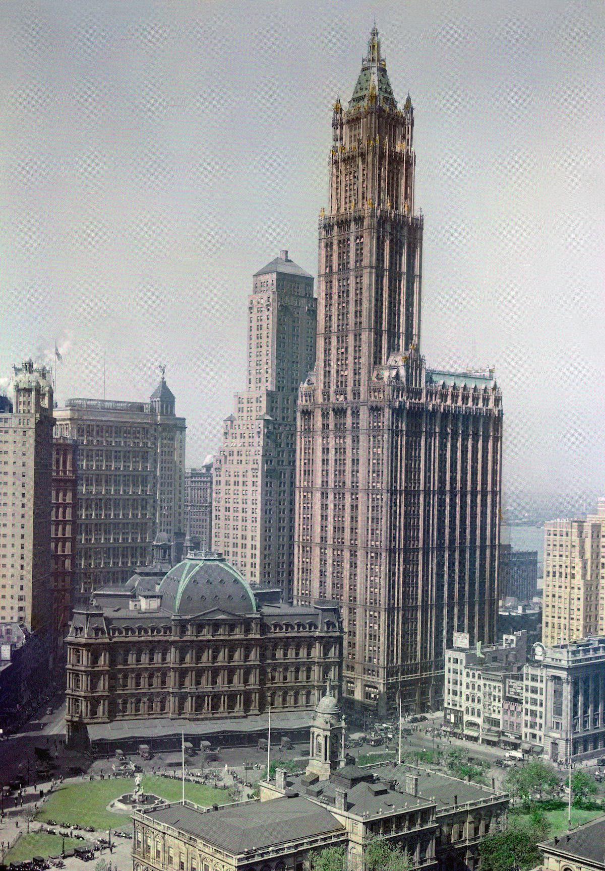 1930 Манхэттен, Нью-Йорк – шестидесятиэтажный небоскреб Вулворт-билдинг возвышается на горизонте Нью-Йорка