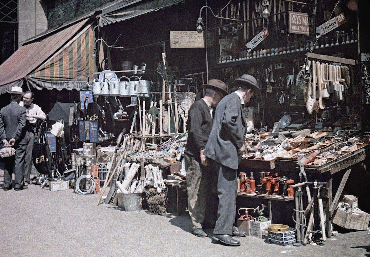 1930 Манхэттен, Нью-Йорк – жители пригорода рассматривают ассортимент товаров, продающихся вдоль городских улиц