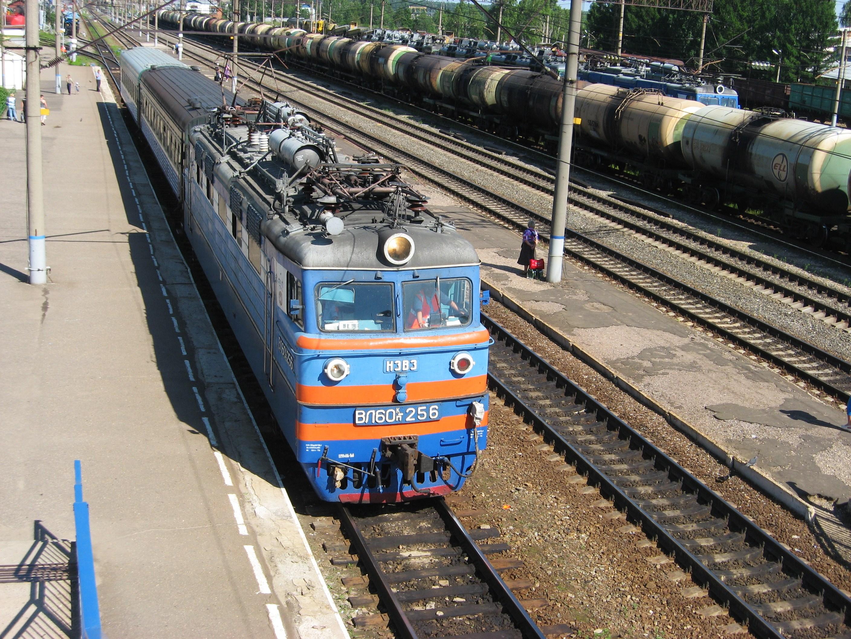 71. Станция Шарья. ВЛ60ПК-256 с пригородным поездом Свеча-Шарья.