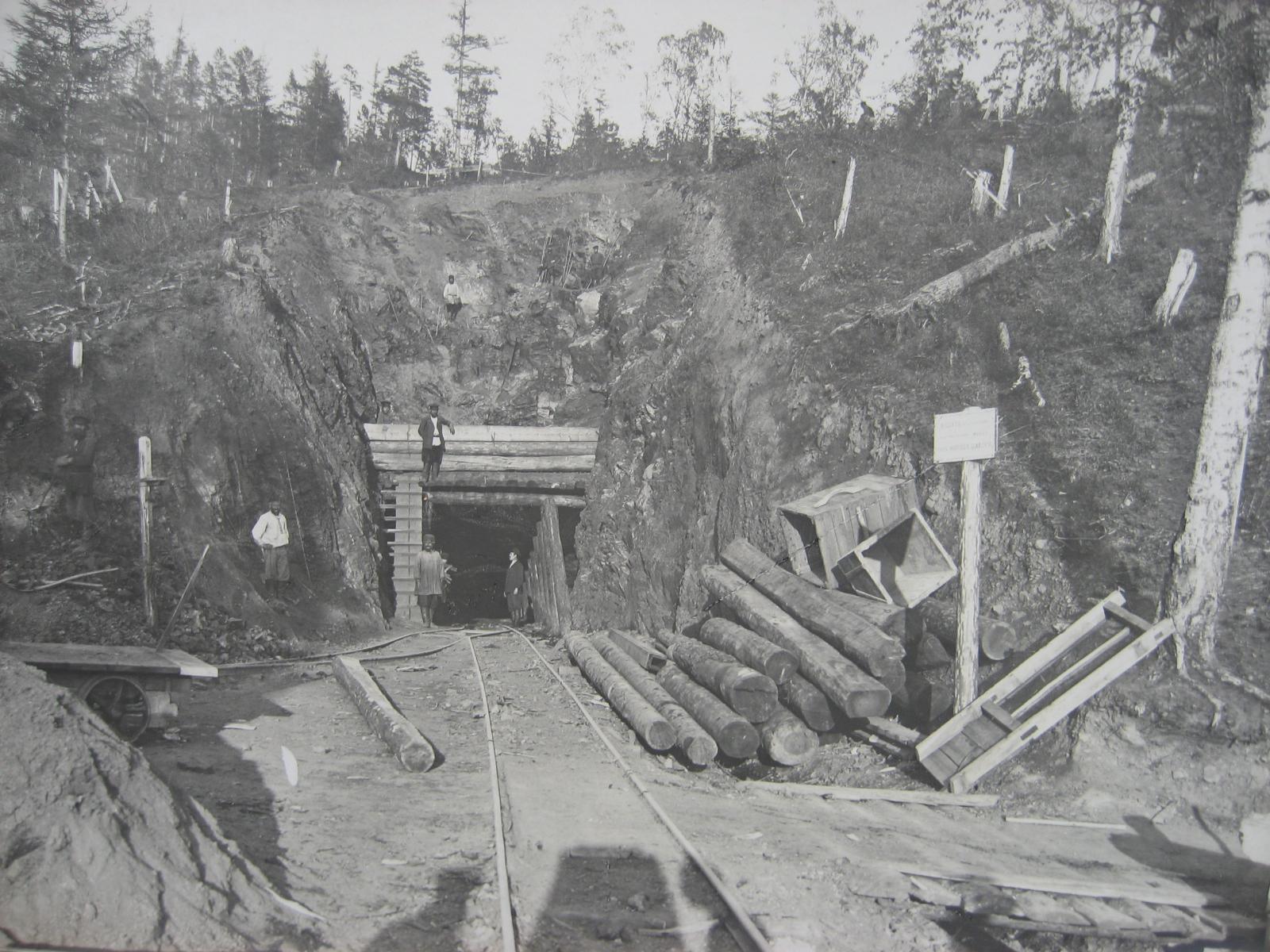 59. Пробивка тоннеля началась. Фото 1902 года.