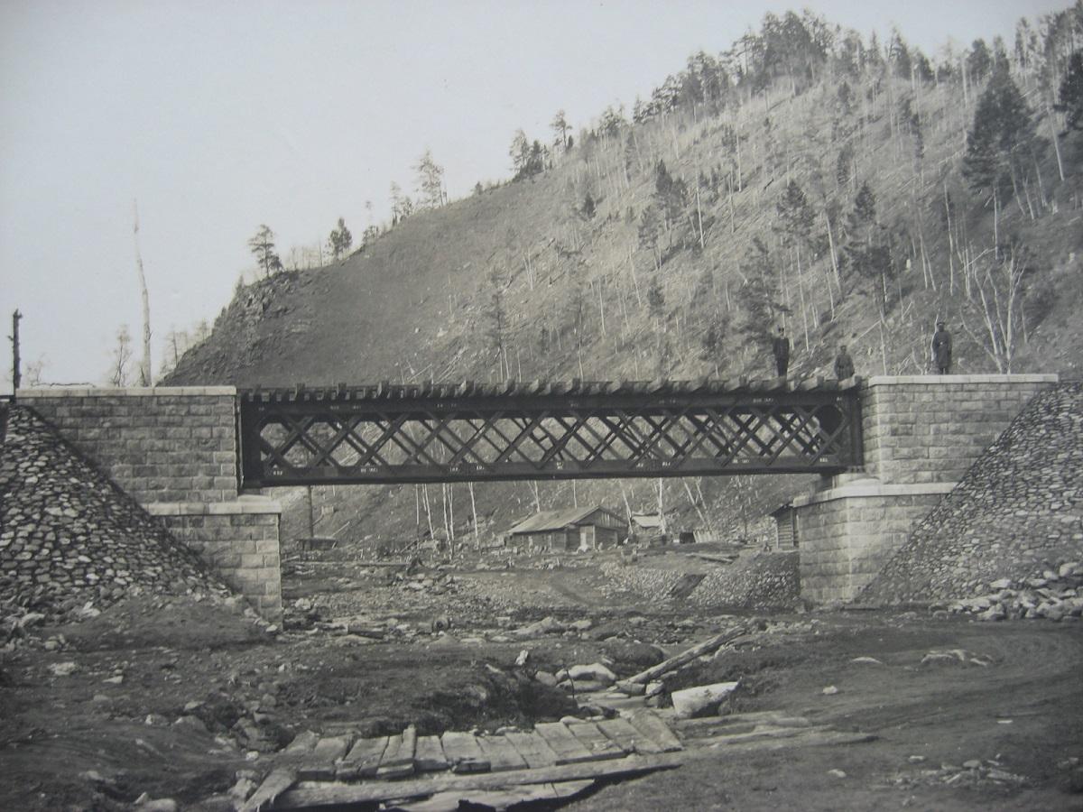 67. Мост с каменными устоями и пролетом с раскосыми фермами. Западный участок. Фото 1903 года.