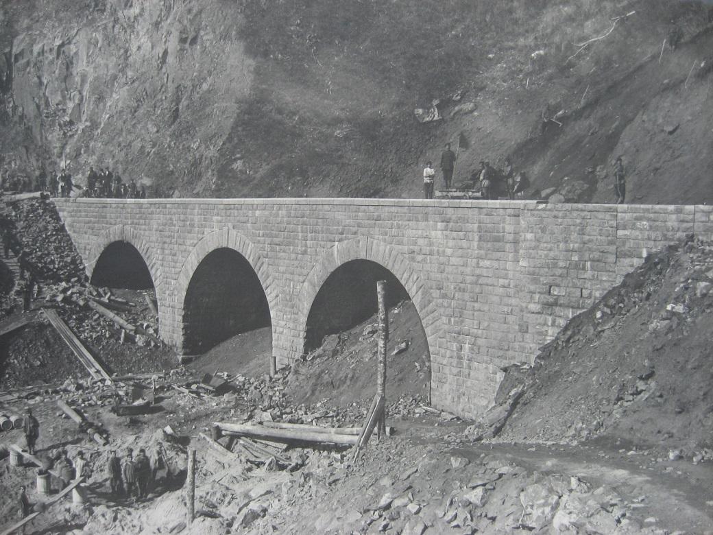 63. Завершающая стадия строительства каменного моста на участке Байкал-Слюдянка. Фото 1904 года.