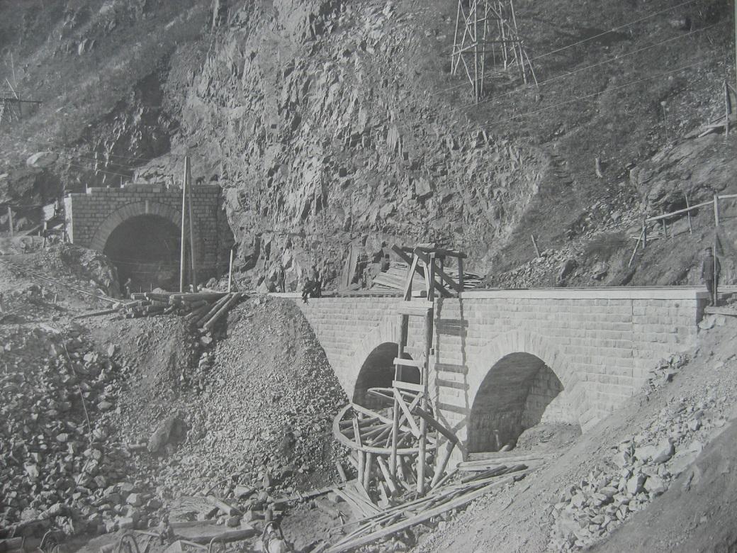 64. Строительство тоннеля и каменного виадука. Фото 1903 года.