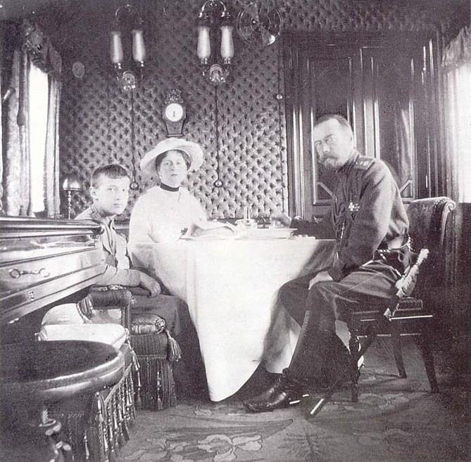5. Николай II с семьей в интерьерах вагона-салона.