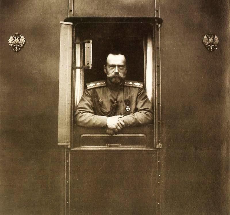 4. Николай II. Из окна Императорского вагона.