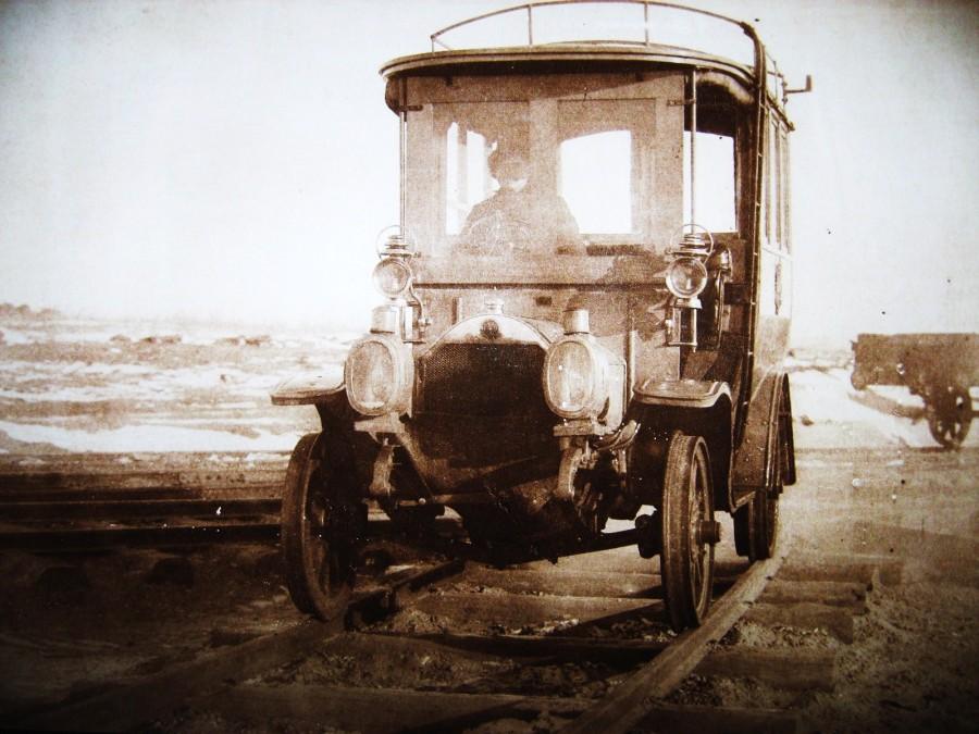 102. Почтовый автобус, приспособленный на рельсы.