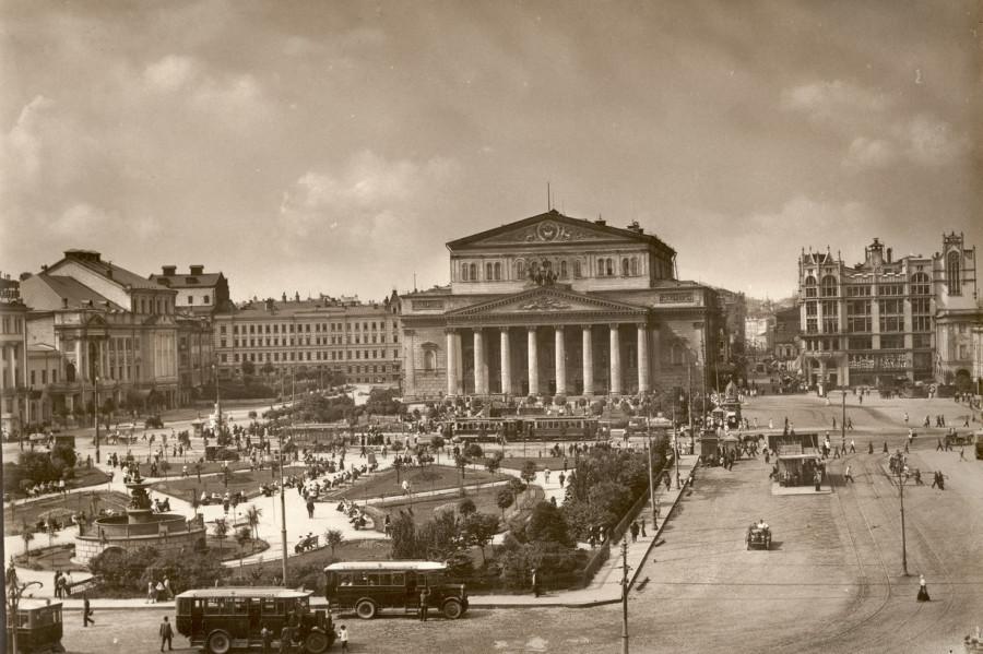 1. Москва 30-х годов. Театральная площадь. Вид на Большой театр.