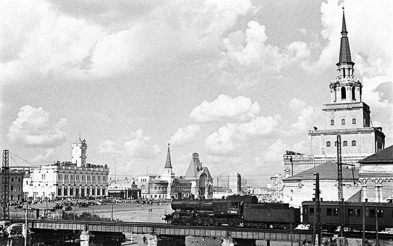 5. Дачный поезд на паровой тяге. Путепровод Курско-Октябрьского диаметра у Комсомольской площади. 1937 год.