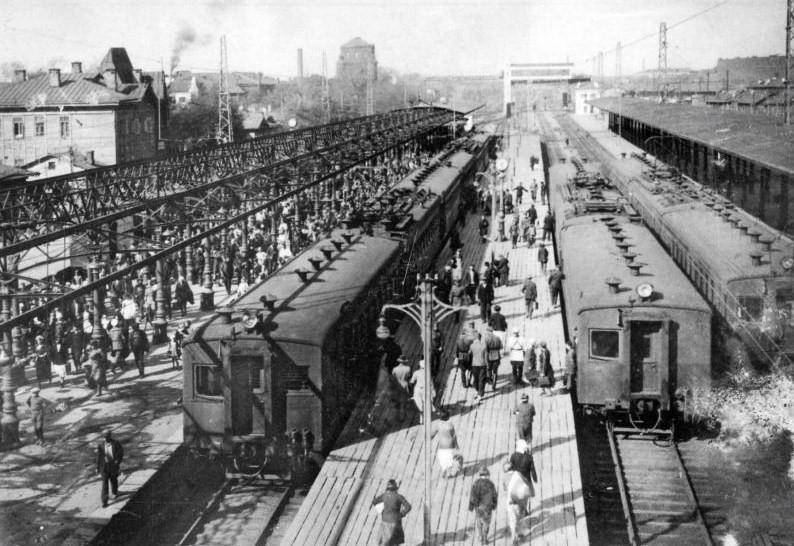 1. Северный (Ярославский) вокзал. Платформы пригородных поездов. 1934 год.