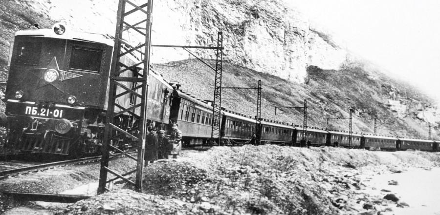 11. Первый пассажирский электровоз ПБ21-01 на испытаниях на Закавказской ж.д., 1934 год.