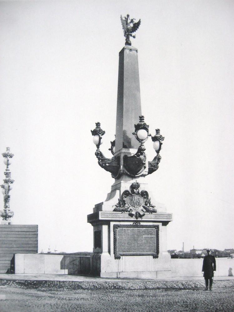 3. Обелиск при въезде на мост с Суворовской площади.