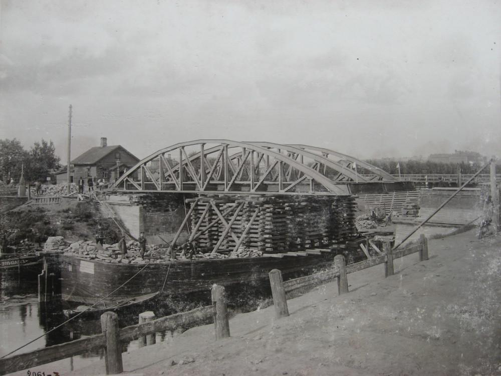 2. Снятие ферм через Обводный канал для постройки нового моста. 1900 год.