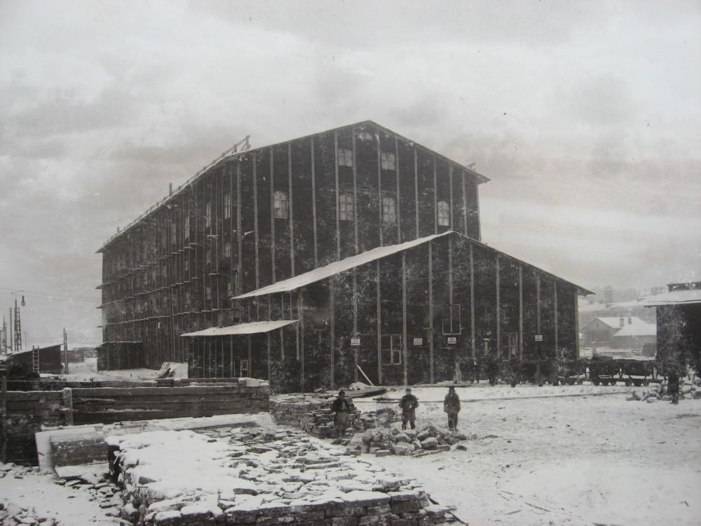 9. Сооружение главного здания Императорских поездов зимой в тепляках. 1900 год.