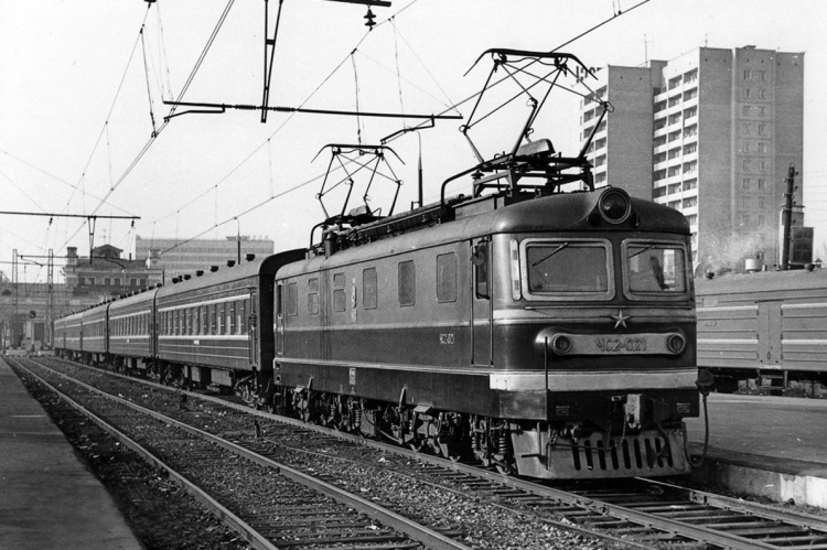 66. ЧС2-021 на станции Москва-Бутырская с  поездом Москва-Дубна, начало 80-х годов.