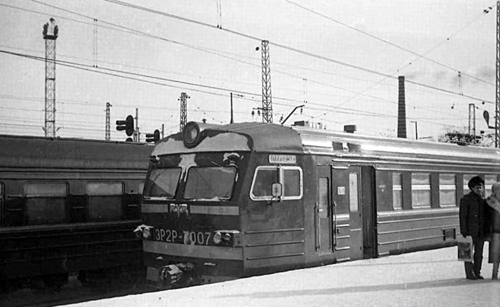 ЭР2Р-7007, ст.Москва-Пасс-Курская, март 1985 год.