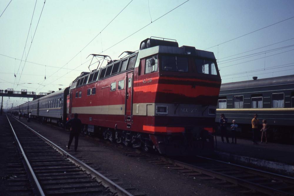 30. ЧС2Т-239 с поездом Иркутск-Москва, ст.Балезино, 1982 год.