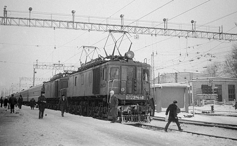 ВЛ22М-448 с пасс.поездом, ст.Пермь-II, ноябрь 1989 год.