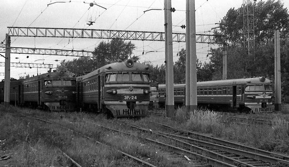 ЭР1-08, ЭР1-24, ЭР1-182, локомотивное депо Пермь-II, август 1990 год.