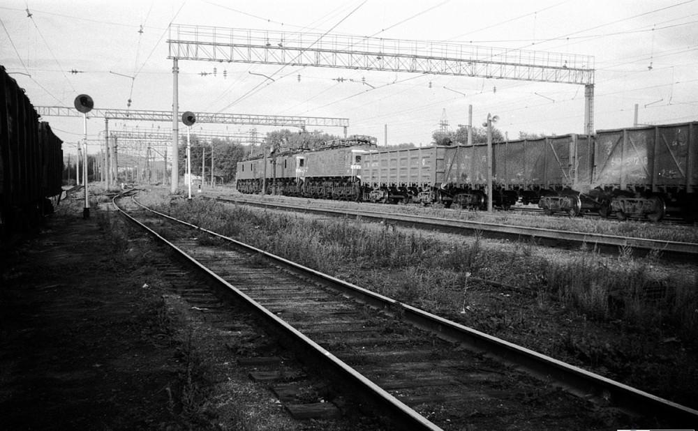 Сплотка электровозов  ВЛ22 с грузовым поездом отправляются со станции Первоуральск, август 1988 год.