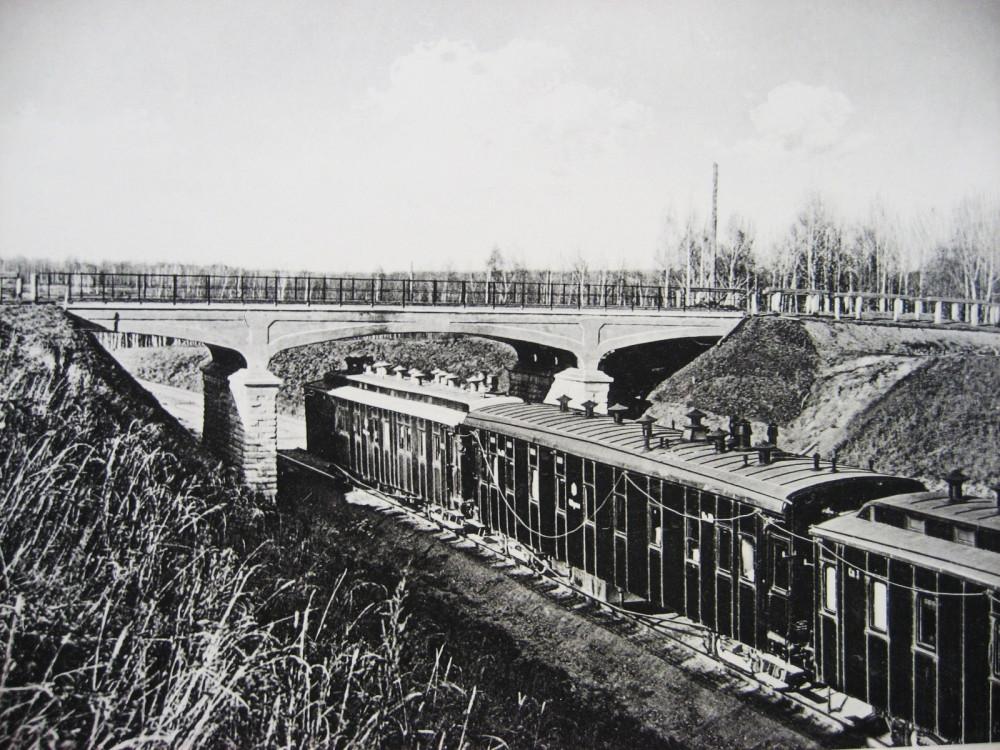 8. Железобетонный путепровод под обыкновенную дорогу.