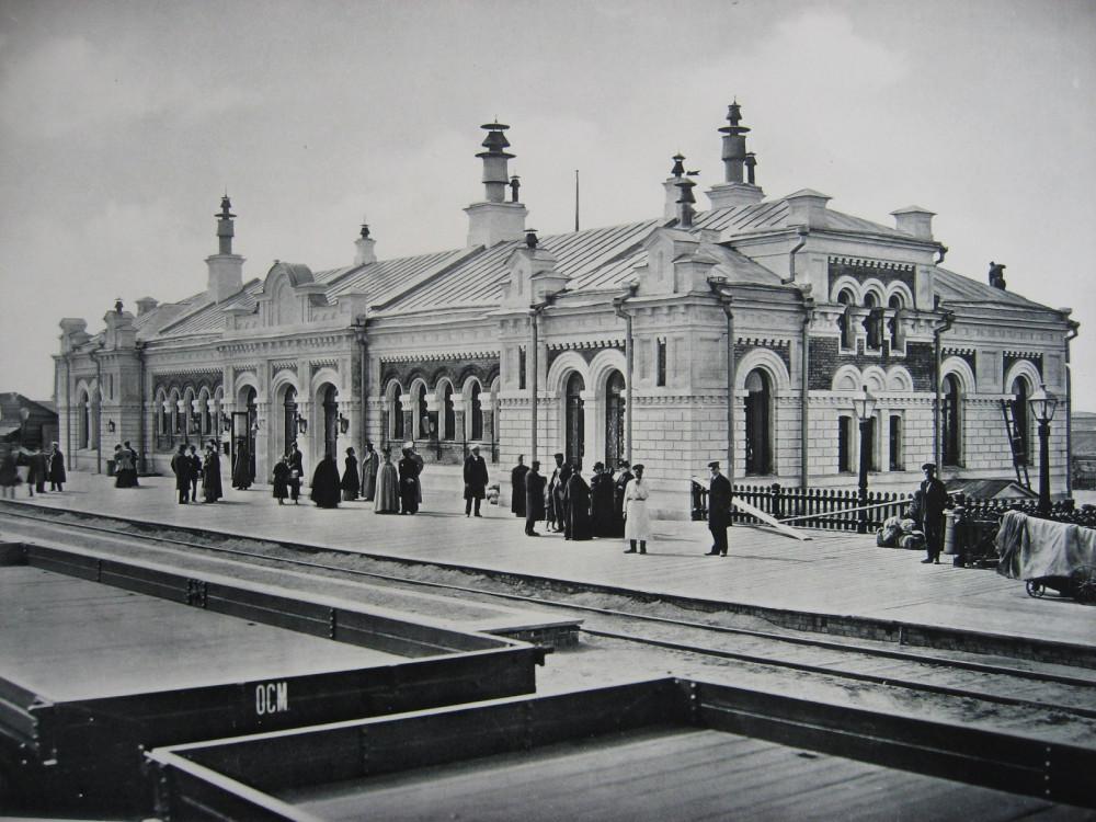 15. Пассажирское здание станции Омск. Вид со стороны платформы.